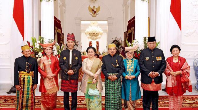 Kebinekaan Indonesia Tercermin Dari Pakaian Adat Yang Beragam (Sumber: liputan6.com)